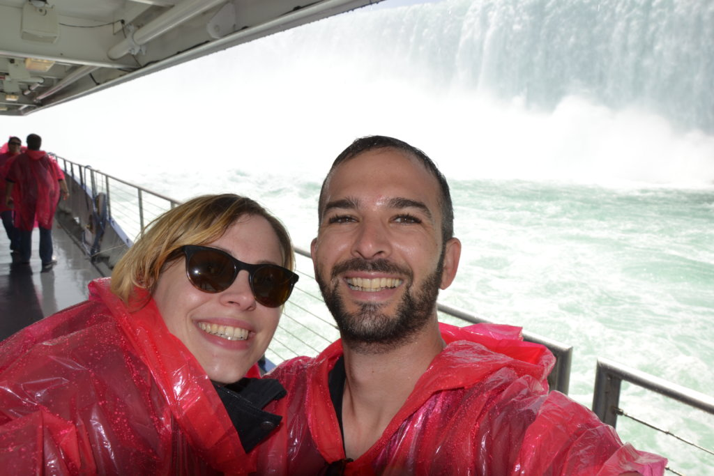 chutes du niagara - Table rock welcome center niagara falls canada usa horseshoe falls selfie poncho