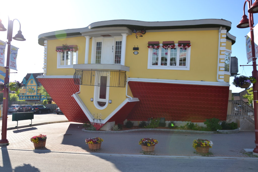 chutes du Niagara - canada city town attractions museums entertainment upside down house