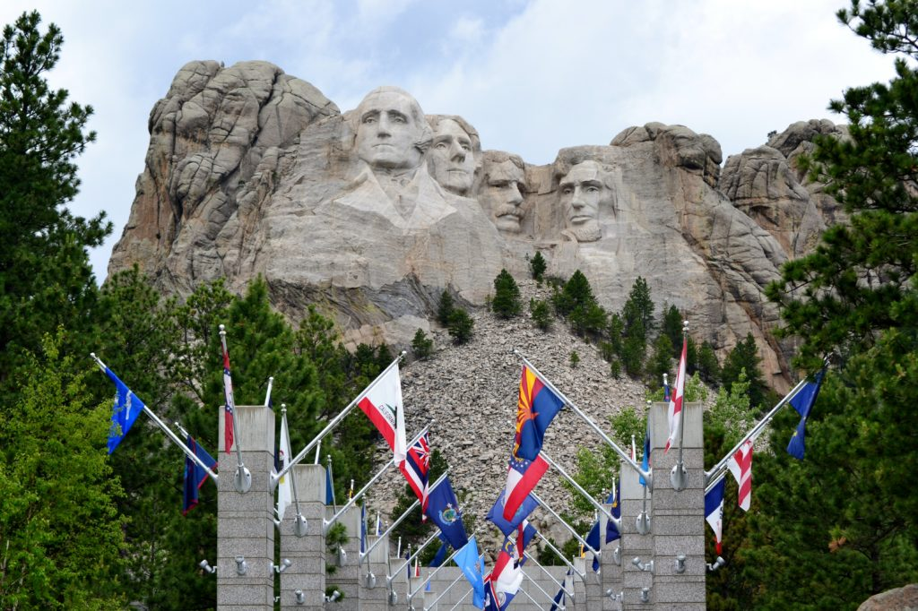 Mont Rushmore - flags